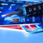 Comment signaler le vol d'une carte de débit lors de la fermeture d'une banque ?